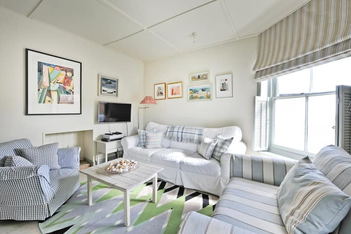Seagulls - stylish seaside home, close to beach