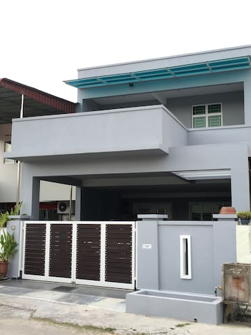 Modern 4BD 3BA House (10 mins drive to Jonker St)