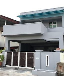 Town center modern 4BD 3BA house - Melaka - House