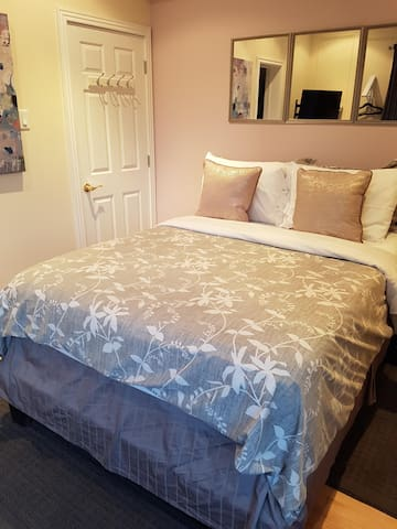 Double room-Ensuite with Shower-Economy-Pool View-Main Floor