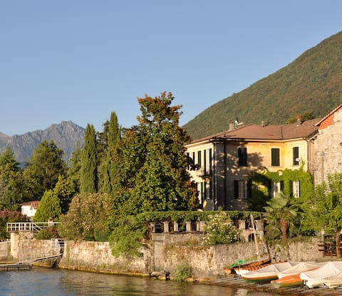 Flat by the lake with garden in charming villa