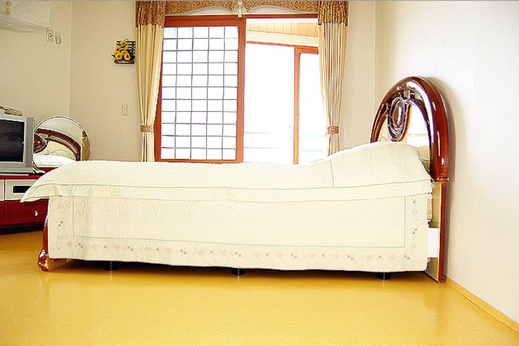 숙소 퀸사이즈 침대입니다.
