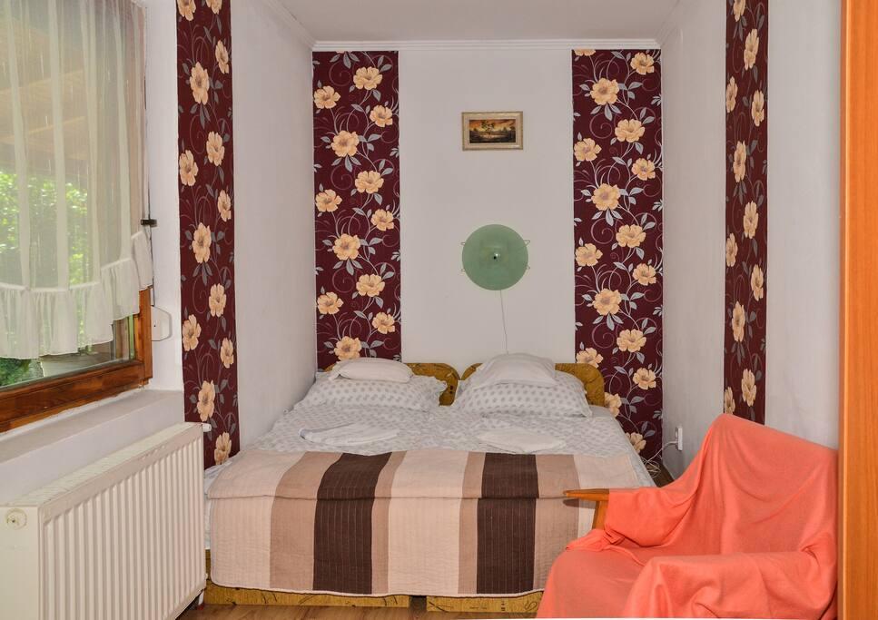 Külső szoba. A Klára Apartman szobái kivételes kényelmet nyújtanak vendégeinek; ez a szoba egy full HD-s LCD TV-t, egy francia ágyat, egy ruhás szekrényt, valamint egy puha fotelt foglal magába. A vastag falak miatt, és a redőnnyel, szúnyoghálóval felszerelt ablaknak köszönhetően, pillanatokon belül eltűnhetünk a világ szeme elől. :)