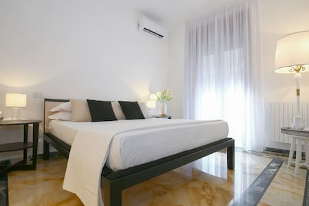 -The elegant and bright bedroom with a charming little balcony*Golden Suite* managed by #starhost - Camera principale con balcone  *Golden Suite* gestito da #starhost #uniquehomesperfectstay #starhoststay