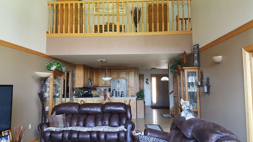 Beautiful condo on golfcourse, minutes from EAA.