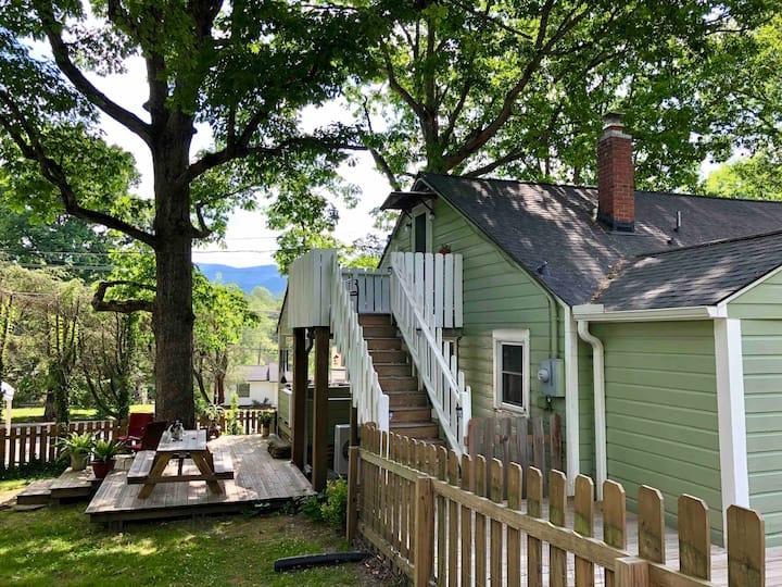 Green Cottage/Studio Apt/short walk to downtown
