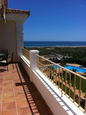 Terraza del apartamento con vistas al mar y a la piscina