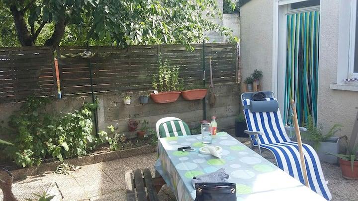 Jolie chambre dans petite maison avec jardin