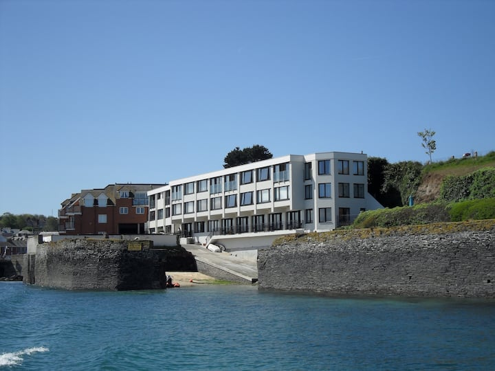 Padstow flat right on the Estuary with parking