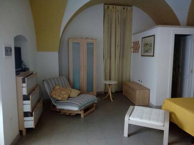 Camera da letto con poltrona /letto