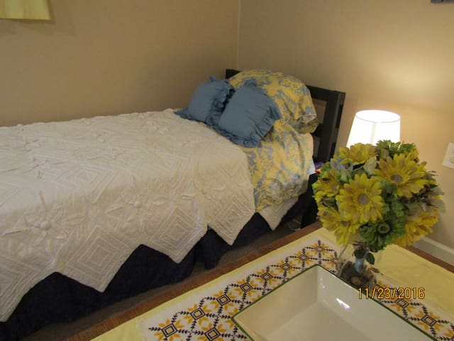 TWIN BED--15 Min From Airport--15  Min to Dwtn--B2