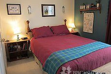 Hamilton House B & B, Glengary Room - Grand Valley - Bed & Breakfast