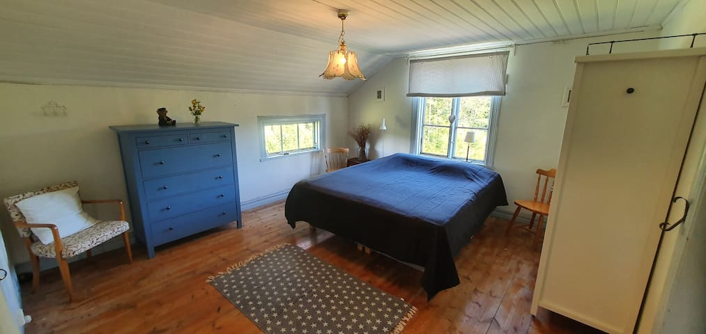 Stora sovrummet med dubbelsäng, stor klädbyrå samt två klädgarderober.