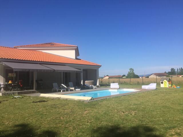 villa d'architecte avec piscine chauffée.
