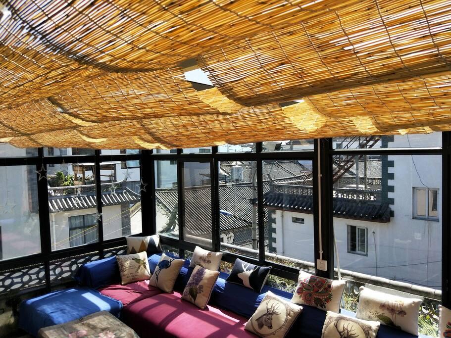 三楼的阳光房是三楼的公共空间,长长的沙发可坐可躺,在暖暖的阳光下小寐或看看书,聊聊天。在大理就该如此悠闲。