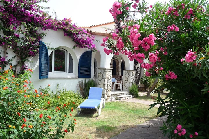 Beautiful house beachside, pool, parking, Wifi