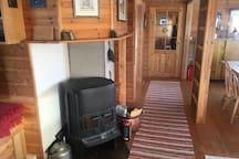 Hytta er elektrisk oppvarmet. I tillegg kan tre vedovner benyttes for koselig stemning. The cabin is electrically heated. Three furnaces can be used.