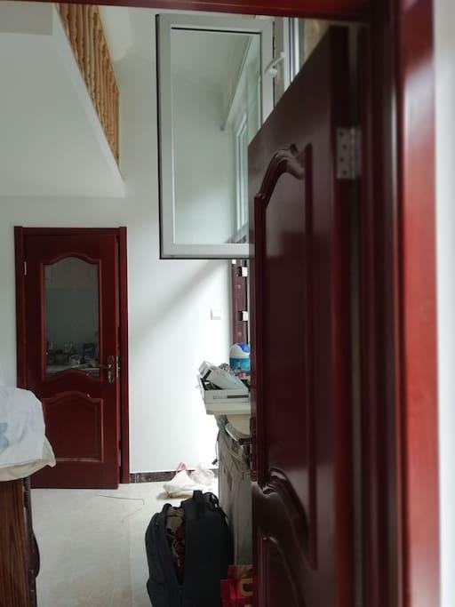 房间通往厨房卫生间的方向