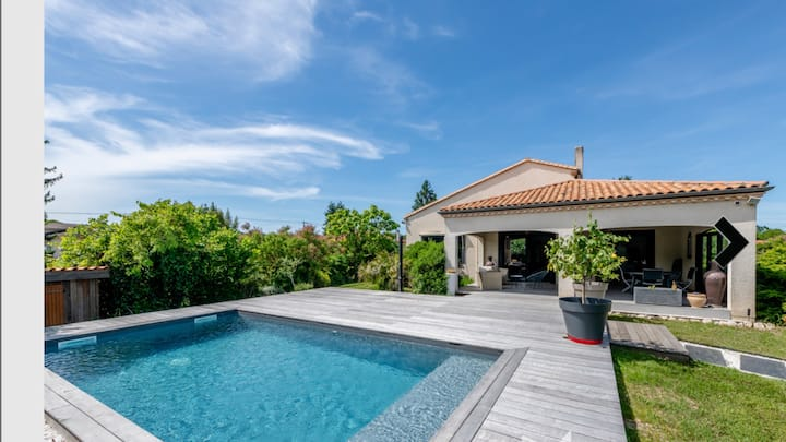 Villa de 265m2, piscine chauffée, terrasses,
