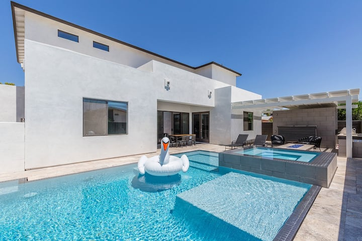BRAND NEW! CHIC OLD TOWN, POOL&HOT TUB!