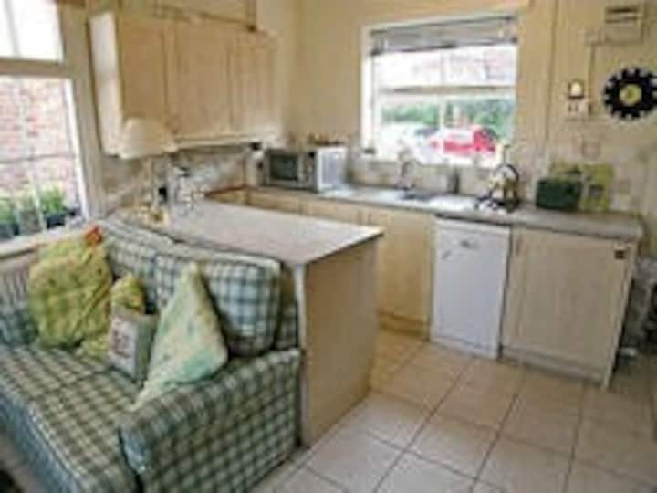 two bed(tucked away) in  central Thirsk mews house