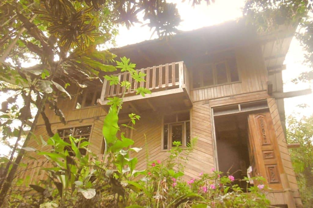 Entrada principal , fachada, balcones. Las puertas están talladas con fino arte local. El balcón es característico de este estilo de casa.