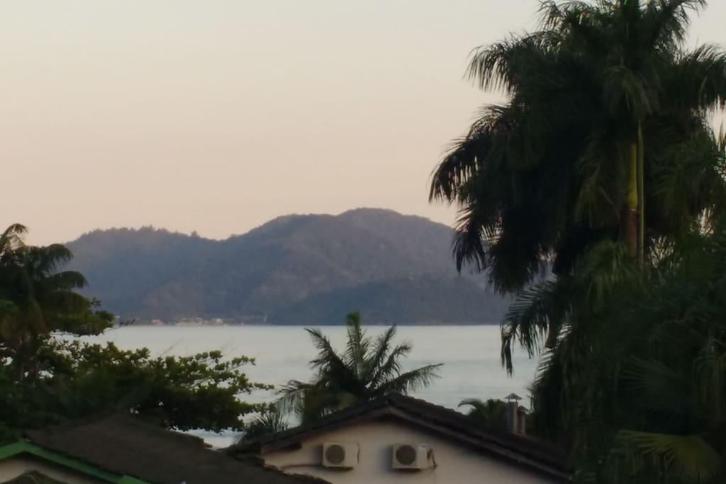 A casa localiza-se ao há 50  metros da praia