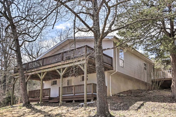 Woodsy Hideaway w/ Deck, Walk to Bull Shoals Lake!