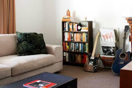Northcote light-filled bedroom & private den/study - 诺思科特 - 独立屋