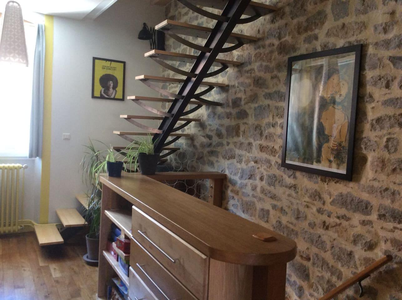 Le premier étage et l'escalier qui mène aux deux chambres situées au 2ème étage (sous combles aménagés et très bien isolés).
