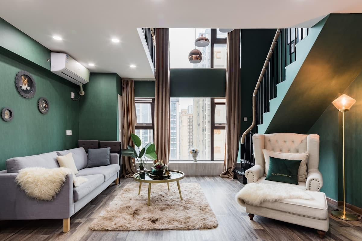 到墨绿色的典雅复式公寓来俯瞰繁华都市的夜景