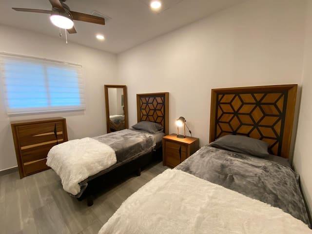 Habitación de huéspedes con 2 camas  individuales- Guest room with 2 twin beds