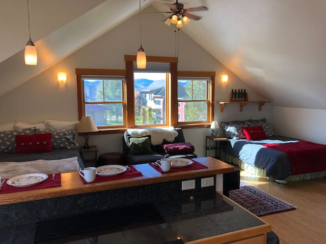 The Sunlit Grand Teton Chalet (Entire Apartment)