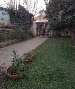 Maisonette with garden near beach and airport/Rome - Focene - Talo