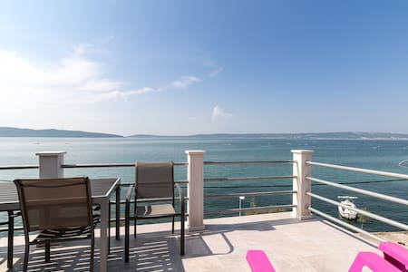 Seafront, top floor, near Split - Kaštel Kambelovac - Apartmen