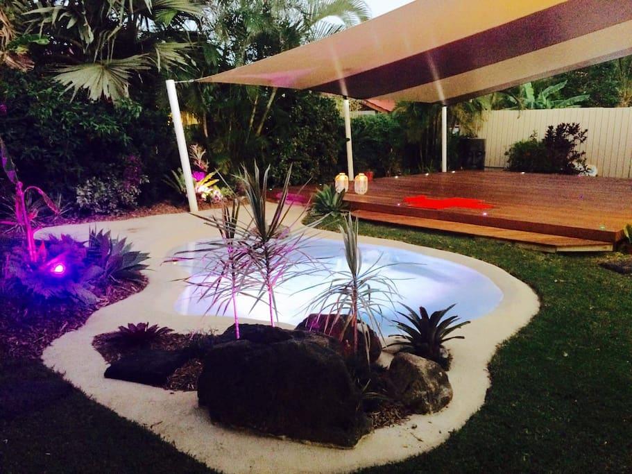 espace extérieur avec déco zen couvert de 70 m2 avec piscine naturel et banquette pour l'apéro.