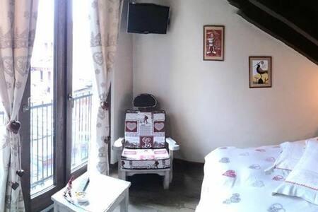 Rustica stanza in centro Aosta - Aosta - Bed & Breakfast
