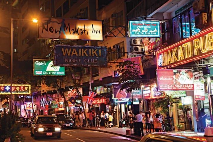 Wan Chai is full of Bar & Restaurants. 湾仔谢斐道是着名的酒吧街