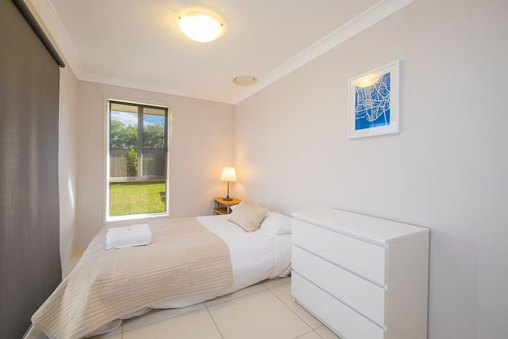 Comfortable Queen Room With Shared Bathroom