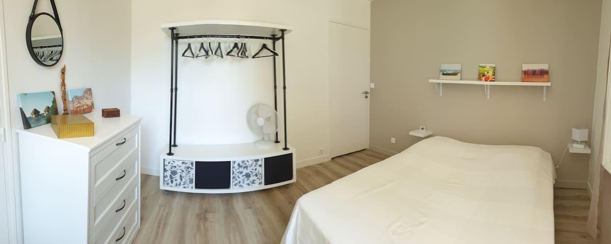 Chambre 1 ,lit en 160 ,avec une grande commode et un dressing mobile .