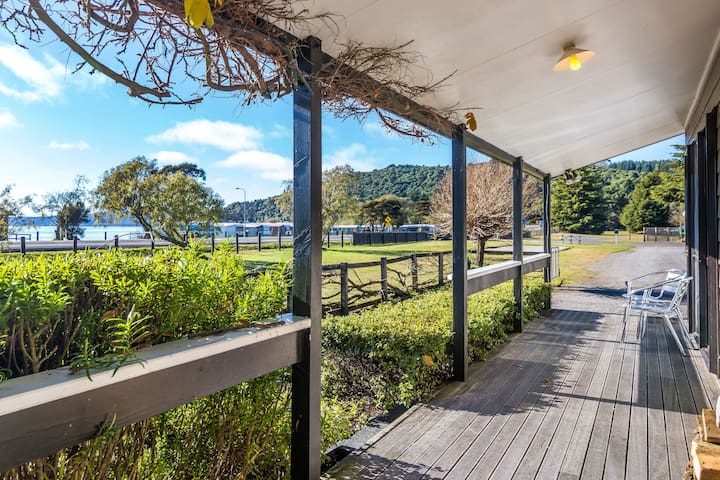 Lake Taupo lakeside 3BR holiday home