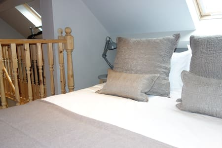 Mistletoe Loft- contemporary stylish accommodation