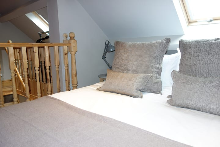 Mistletoe Loft- contemporary stylish accommodation