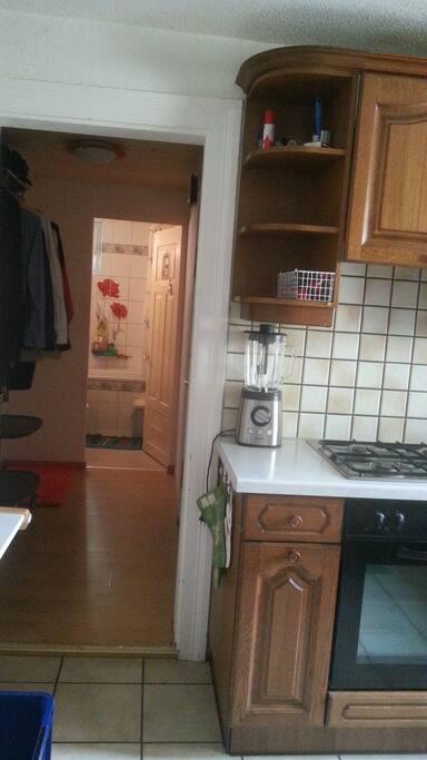 Kitchen/Batroom, Küche und im Hintergrund Badezimmer