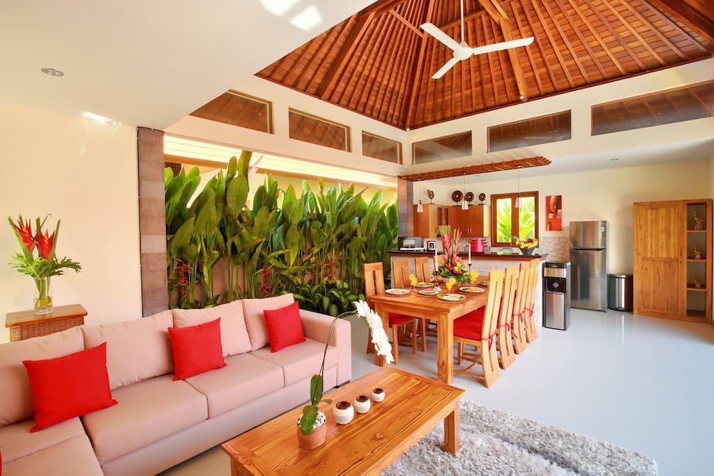 big open Living Room overlooking the swimmingpool