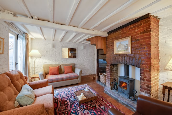 Rustic family cottage - 12 min drive to Portsmouth