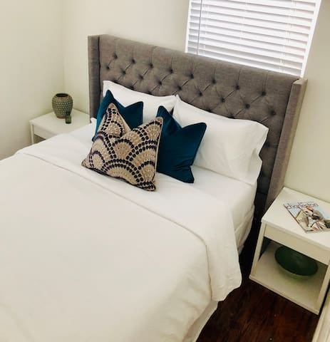 Modern Upstairs Apartment- 2.5 miles from Vista