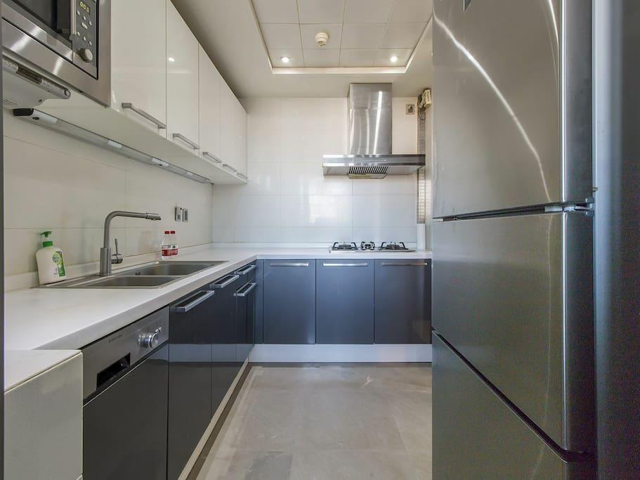 宽敞的厨房,内置洗碗机,微波炉。