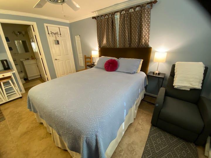 Private Entrance Backyard Guest Suite w/ Bath