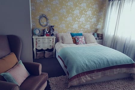Kingsize bedroom with baby cot near Edinburgh - Livingston
